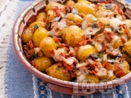Запечени пресни малки картофки с кожа (кора) с шунка, кашкавал, пресен зелен лук и ароматни подправки на фурна